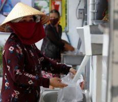 أجهزة صراف آلي للأرز للعاطلين عن العمل في فيتنام بسبب أزمة كورونا