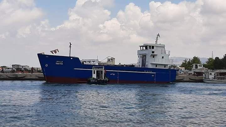 """حمولتها 567 طناً .. تعويم السفينة السورية """"فرح ستار"""" في ميناء بانياس وإنزالها إلى المياه ."""